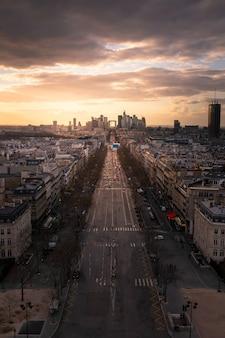 Widok na dzielnicę finansową la defense i aleję grande armée widzianą z górnego dachu łuku triumfalnego w paryżu, francja.