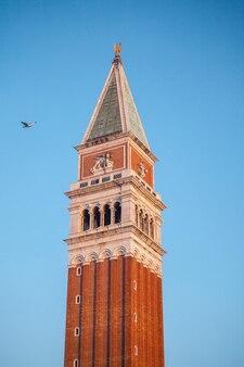 Widok na dzwonnicę bazyliki san marco w wenecji, włochy.