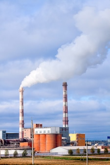 Widok na fabrykę materiałów budowlanych.