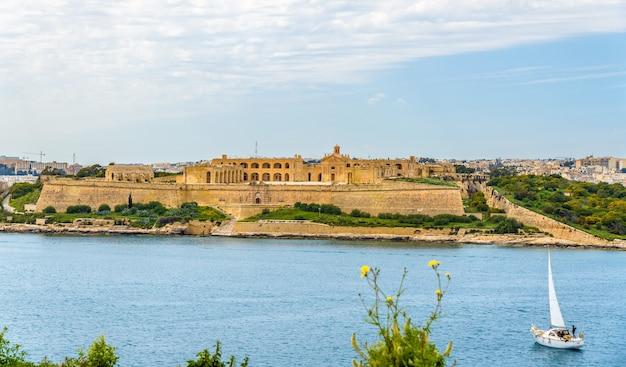 Widok na fort manoel w pobliżu valletty malta