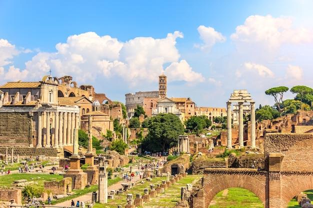 Widok na forum romanum: świątynia antonina i faustyny, świątynia wenus i rzymu, świątynia kastora i polluksa oraz koloseum