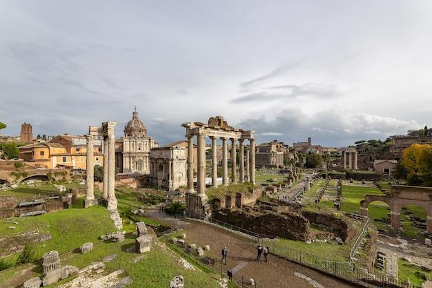 Widok na forum rzymskie rzym jesienią