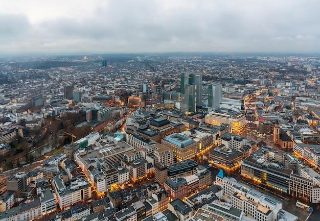 Widok na frankfurt nad menem w hesji w czasie świąt bożego narodzenia