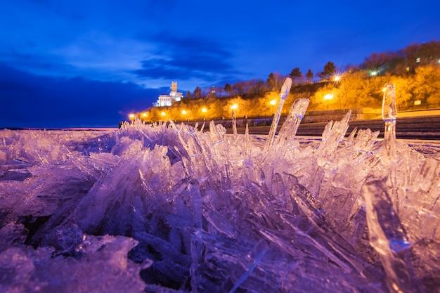 Widok na główną atrakcję chabarowska z lodu rzeki amur