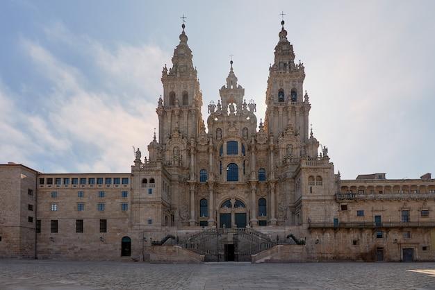 Widok na główną fasadę katedry w santiago de compostela.