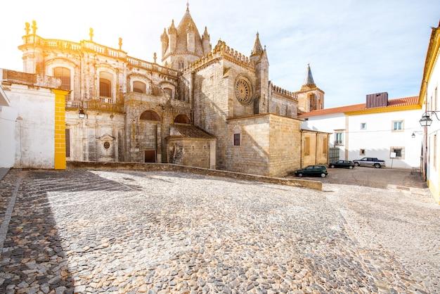 Widok na główną katedrę na starym mieście miasta evora, portugalia