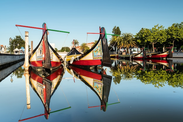 Widok na główny kanał ria de aveiro w portugalii z tradycyjnymi łodziami moliceiros.