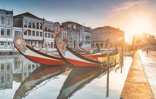 Widok na główny kanał ria de aveiro w portugalii z tradycyjnymi moliceiros.