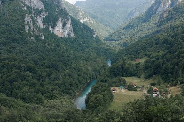 Widok na górską rzekę i domy w kanionie rzeki z góry