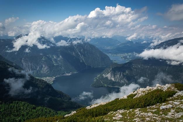 Widok na górskie jeziora i drogę na pierwszym planie z punktu widokowego five fingers