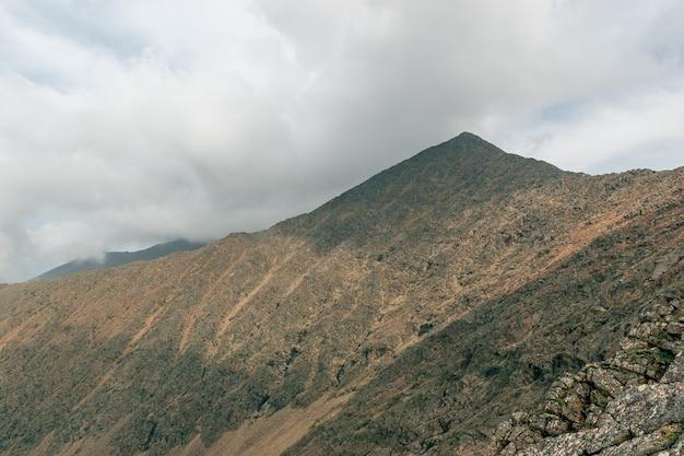 Widok na górskie zbocza na tle pięknych chmur