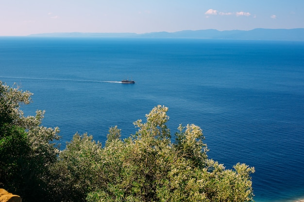 Widok na góry i morze śródziemne w słoneczny letni dzień.
