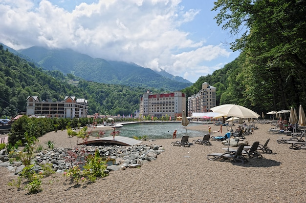 Widok na góry i nowoczesne hotele w kurorcie rosa khutor (soczi)