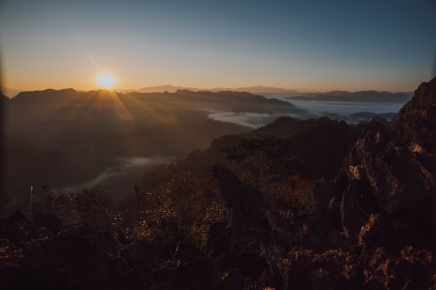 Widok na góry i poranna mgła