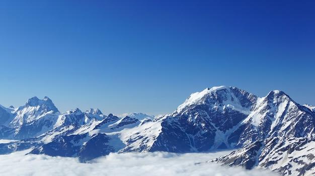 Widok na góry kaukazu w pobliżu elbrus