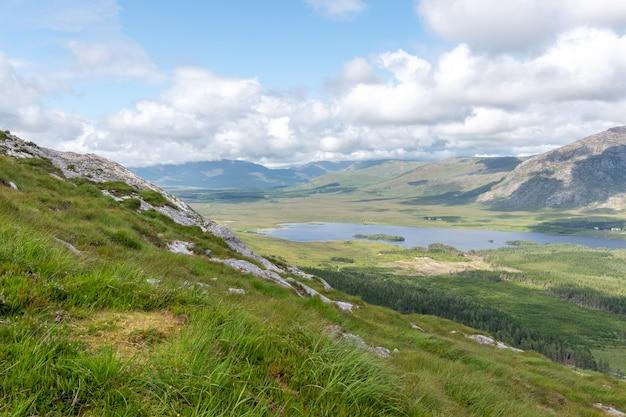 Widok na góry lough inagh ze szczytu derryclare.