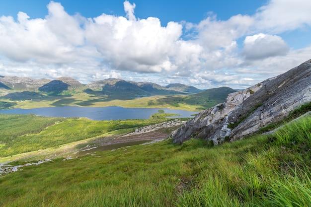 Widok na góry na lough inagh ze szczytu derryclare.