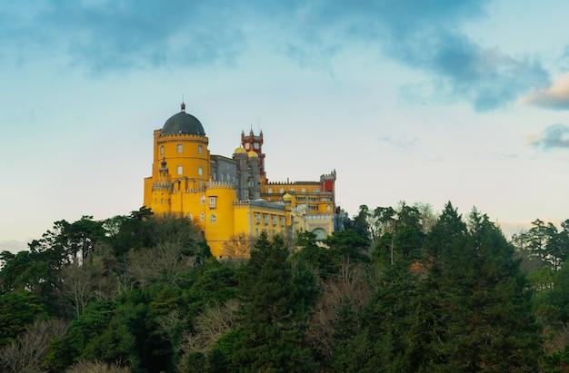 Widok na góry sintra w portugalii z pałacem pena
