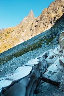 Widok na góry skaliste w tatrzańskim parku narodowym w polsce