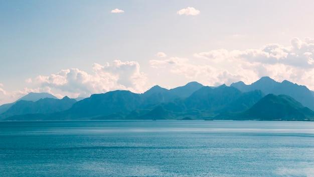 Widok na góry z brzegu morza w antalyi