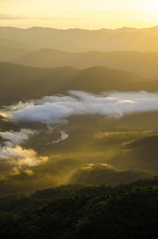 Widok na góry z ciepłym światłem słonecznym w pionie