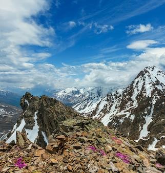 Widok na góry z górnej stacji wyciągu narciarskiego karlesjoch