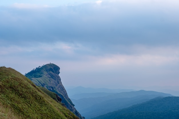 Widok na góry z pięknym krajobrazem przyrody i niebieskim tle nieba