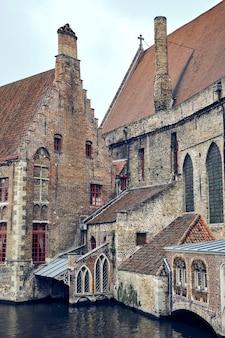 Widok na gotycki budynek szpitala św jana w brugii, belgia