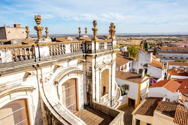 Widok na gród na stare miasto z głównym budynkiem katedry w mieście evora, portugalia