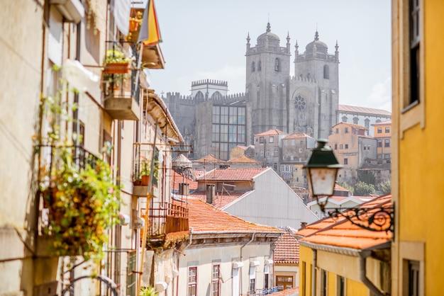 Widok na gród z pięknymi starymi budynkami i katedrą se w mieście porto, portugalia