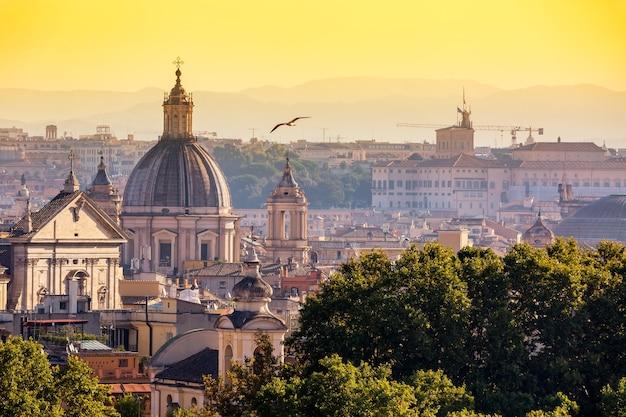 Widok na gród zabytkowego centrum rzymu, włochy ze wzgórza gianicolo podczas zachodu słońca w słoneczny letni dzień.