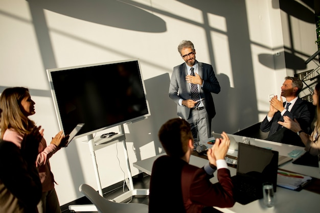 Widok na grupę ludzi biznesu pracujących razem i przygotowujących nowy projekt na spotkaniu w biurze