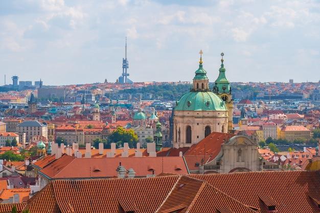 Widok na historyczne centrum pragi, kościół św. mikołaja, czerwone dachy pragi, czechy.