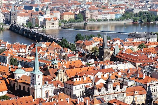 Widok na historyczne centrum pragi z mostem karola nad wełtawą. republika czeska