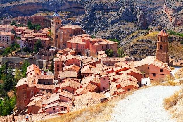 Widok na hiszpańskie miasto z góry. albarracin