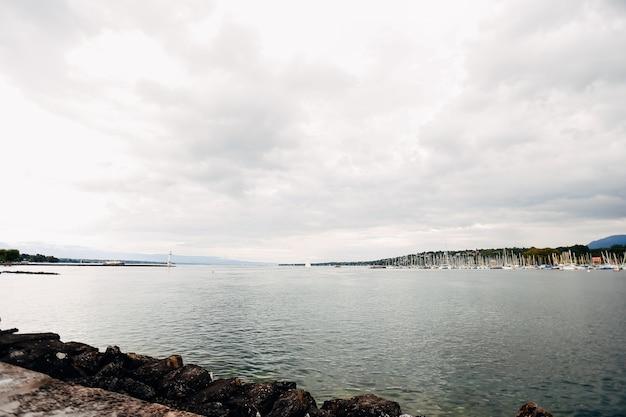 Widok na jezioro annecy do przystani z miasta annecy. wysokiej jakości zdjęcie