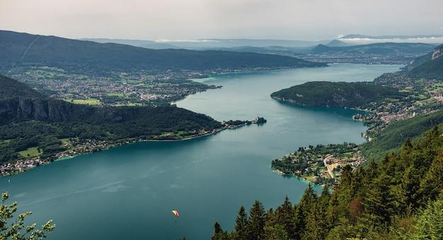 Widok na jezioro annecy, francuskie alpy