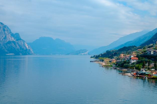 Widok na jezioro garda z wieży w miejscowości malcesine. włochy. widok kafelkowych dachów włoskiego miasta. jezioro garda. riva del garda.