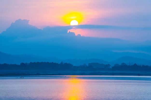 Widok na jezioro i góry z mgłą