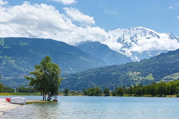 Widok na jezioro passy i masyw górski mont blanc w lecie (chamonix, francja).