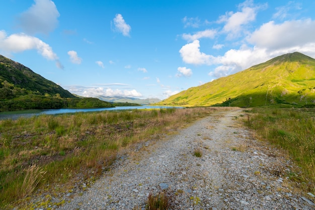 Widok na jezioro pollacapall do zielonej góry, park narodowy connemara, irlandia