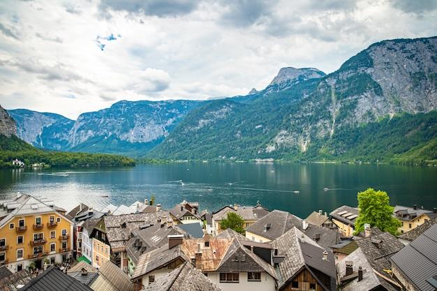Widok na jezioro w austriackim grodzkim hallstatt podczas sezonu turystycznego w lecie