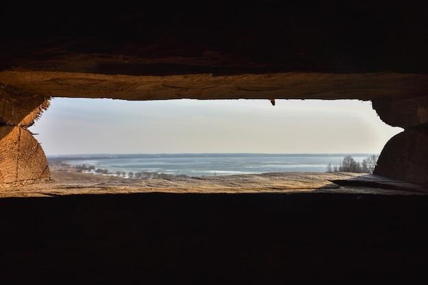 Widok na jezioro w lodzie, lód na jeziorze, zamarznięte jezioro, krajobraz zamarzniętego jeziora