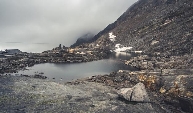 Widok na jezioro w malowniczych górach
