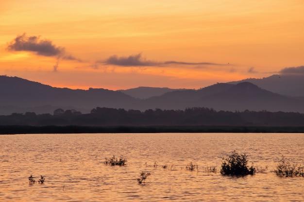 Widok na jezioro z dramatycznym zachodem słońca niebo