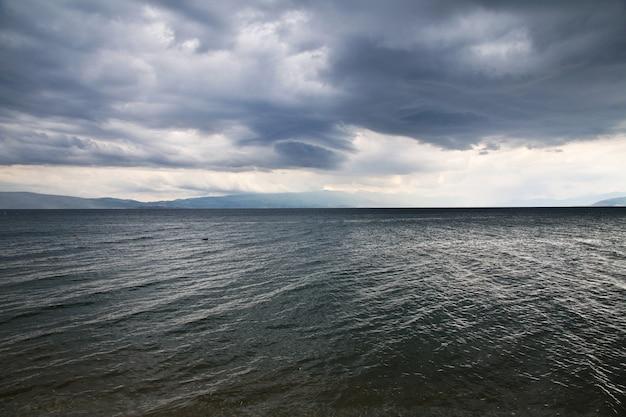 Widok na jezioro z klasztoru sant naum w macedonii na bałkanach