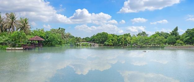 Widok na jezioro z pięknym jasnym niebem