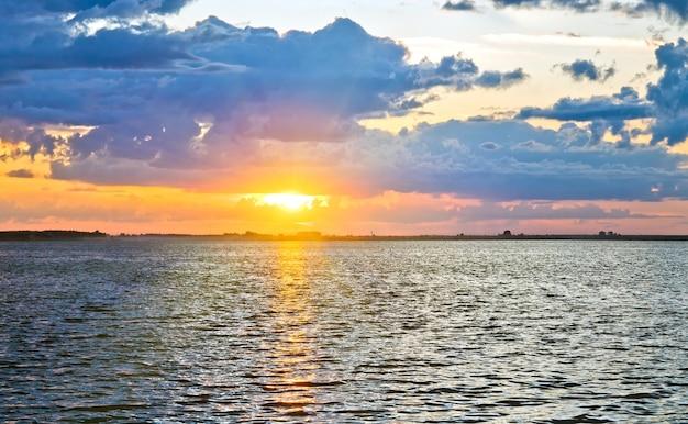Widok na jezioro zachód słońca ze ścieżką światła słonecznego. dwa ujęcia ściegu obrazu.