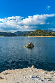 Widok na jezioro zaovine w serbii