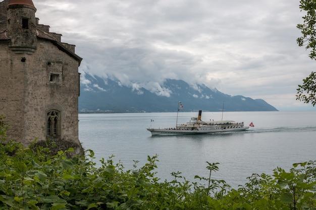 Widok na jezioro zeneva i góry, miasto montreux, szwajcaria, europa. letni krajobraz, słoneczna pogoda, dramatyczne błękitne niebo i słoneczny dzień